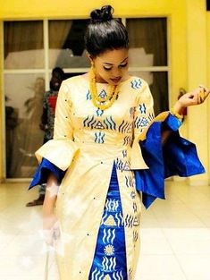 Deux couleur brodé bazin tenue de la femme africaine. Robe est droite et cheville longueur adorables devant la fente. Il est livré avec un tissu pour l'enveloppement de la tête et le wrapper. Nous suggérons que vous nous laissez vos mesures pour obtenir un meilleur ajustement. Mais si