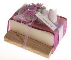 Portasapone in legno con saponetta naturale, profumazioni assortite.  La bomboniera è decorata con nastri, fiori e confetti.