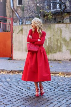 Wearing all red is the new way to brighten dark winter days! It is really trend this season! I want to show you some stylish all red outfit ideas. Red Fashion, Look Fashion, Fashion Outfits, Fashion Styles, Fashion Models, Cute Valentines Day Outfits, Holiday Outfits, Christmas Look, Mode Statements