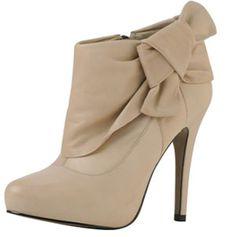 As botas de cano curto mais conhecidas como Ankle Boots são um sucesso entre as mulheres, essas botas chegaram no Brasil já tem alguns anos, mas só