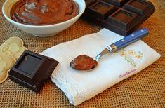 Crema pasticcera al cioccolato senza uova il gusto mi ricorda quello del budino al cioccolato e la consistenza è bella soda, ottima da gustare al cucchiaio