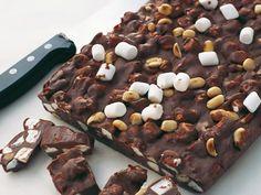 Amerikansk chokladfudge med massor av jordnötter och marshmallows.Sötad kondenserad mjölk finns i större livsmedelsbutiker.