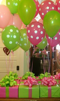Centros de mesas utilizando cajas como base y globos con helio para decorar.#DecoracionFiestas