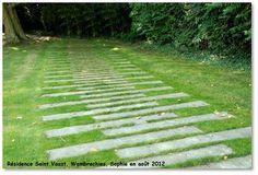 Idée d'allée carrossable pour éviter le recours aux pavés ou au béton. Pour laisser un maximum de verdure dans le jardin.