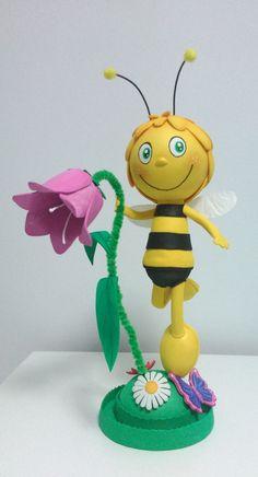 Fofucha abeja Maya. Realizada en goma eva y pintada a mano. Mide unos 30 cm