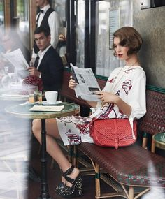 Arizona Muse reading a newspaper, Paris, Muse hits the streets of Paris for the Cruise 2012 catalogue from Louis Vuitton. Captured by Mark Segal, Muse is a girl in Paris in the springtime,. Best Street Style, Looks Street Style, Looks Style, Street Styles, Mark Segal, Henri Cartier Bresson, Style Français, Mode Style, French Style
