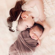Newborn & sibling photography inspiration - The Mombot - Newborn Photography Newborn Poses, Newborn Shoot, Newborn Baby Photography, Baby Boy Newborn, Newborn Photographer, Children Photography, Family Photography, Photography Ideas, Baby Baby