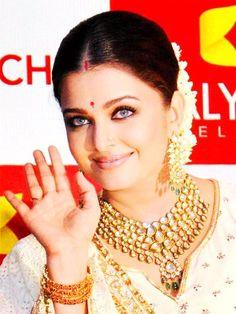 Aishwarya Rai Bachchan #jewelry #bollywood #india #necklace #earrings