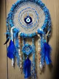 Olho Grego - simboliza a sorte, a energia positiva, a limpeza, a saúde, a luz, a paz, a proteção. O olho grego simboliza o olhar divino que protege as pessoas contra os males e a inveja.