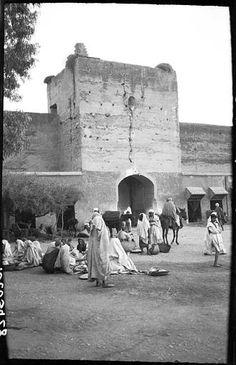 Marrakech Remparts Artisans et passants sous les remparts 1924