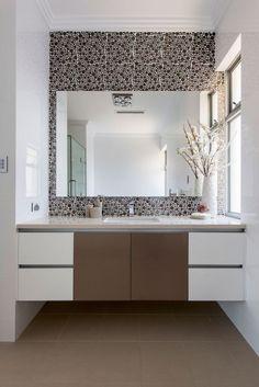 un carrelage mosaïque à pois moderne dans la salle de bain