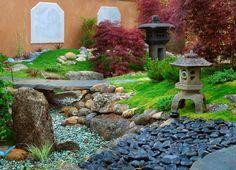décoration jardin japonais de rocaille- statues en pierre pagodes et galets zen