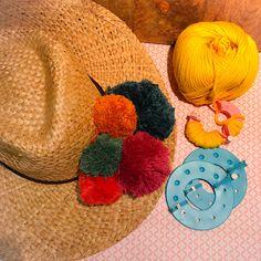 Pompons pour le chapeau de l'été Kids Rugs, Products, Home Decor, Pom Poms, Hat, Tricot, Kid Friendly Rugs, Interior Design, Home Interior Design