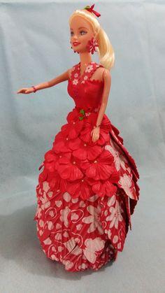 Apaixonante boneca customizada em EVA.  Medindo aproximadamente 34cmX17cm, podendo variar pois trata-se de artesanato.  As peças são delicadas e carinhosamente desenvolvidas para tornar qualquer ambiente mais leve, mais alegre.