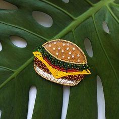 Давно хотела сделать бургер) думаю теперь насчёт картошки фри к нему в пару #ручнаяработа #брошь #украшения #подарок #аксессуары #брошьизбисера #бургер #фудпорн #идеяподарка #handmade #brooch #beads #beadsfifa #accessories #jewelry #burger #foodporn #gift #giftidea