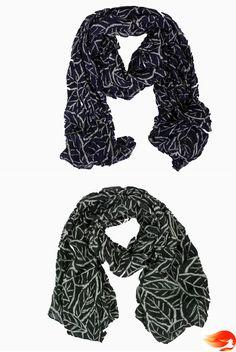 Fular estampado de hojas. Color negro y azul. #fular #scarf #black #negro #azul #blue.