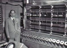 """O matemático húngaro John Von Neumann viveu entre 1903 e 1957. Ele criou o sistema de computação que divide a informação em """"zero"""" e """"um"""", lógica que ainda é usada nos computadores atuais."""