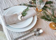 COMMENT DECORER UNE TABLE DE NOEL NATURE ? Deco Table, Decoration Table, Napkin Rings, Napkins, Diy, Rock, Home Decor, Natural Christmas Decorations, Christmas Tabletop