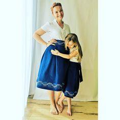 Damit die Tochter genau so hübsch angezogen ist wie Mama, gibt es jetzt bei mariewagner.online den Blaudruck Rock auch für Mädchen. Und weil das auch ein Wickelrock ist, passt der viele Jahre Indigo, Midi Skirt, Summer Dresses, Skirts, Shopping, Fashion, Daughter, Printing, Dressing Up