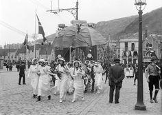 Det var ikke så vanlig med jenter i 17. mai tog, men disse feststemte frøknene stilte i 1914. Foto: Fra boken «En velsignet søttendes» av Bjørn-Arvid Bagge