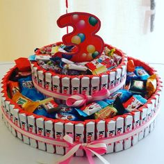 torta di barrette kinder Chocolate Bar Cakes, Chocolate Bouquet, Chocolate Gifts, Candy Birthday Cakes, Candy Cakes, Toy Story Birthday, 1st Boy Birthday, Candy Sleigh, Candy Arrangements