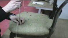 C'est un piquage réalisé avec de la fi celle à piquer qui a pour but de maintenir et de régler le volume de crin entre la toile forte et la toile d'embourrure.Situé au centre de la garniture il permet le rabattage en maintenant la toile d'embourrure en place pendant cette opération.Le point de fond se situe généralement 2 ou 3 cm du premier point avant droit.pour pouvoir déterminer son emplacement avec assez de précision,on utilise un carrelet droit que l'on plaque le long de la ceinture et…