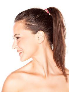 Haargummis sind immer um uns herum: meistens im Haar, aber oft auch um Handgelenk, in der Handtasche oder irgendwo in greifbarer Nähe.