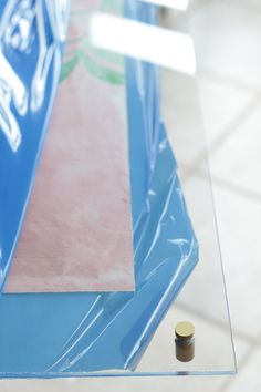 Clear acrylic frames are lovely, but can be quite expensive. Here's a tutorial for a DIY acrylic frame that's easy to make and will save you money. Frameless Picture Frames, Acrylic Picture Frames, Acrylic Frames, Home Depot, Floating Acrylic Frame, Diy Poster Frame, Plexiglass Frames, Acrylic Furniture, Crafts