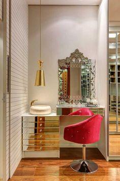 Cantinho de Beleza decorado com penteadeira e e espelho veneziano. Blog Achados de Decoração