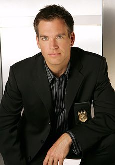 Get into NCIS! Michael Weatherly - NCIS AKA Tony He's pretty hot but maybe it's more his confidence and sense of humor that gets me lol Michael Weatherly, Lauren Holly, Mark Harmon, Hot Men, Sexy Men, Hot Guys, Sexy Guys, Male Clothes, Dress Clothes