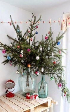 30 Amazingly brilliant DIY Christmas tree alternatives This holiday season, skip the traditional Christmas tree and try decorating your home with a non-traditional tree that can be placed anywhere. Bohemian Christmas, Modern Christmas, Christmas Home, Apartment Christmas, Summer Christmas, Christmas Dinners, Green Christmas, Beautiful Christmas, Christmas Mantel Decor