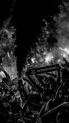 Torcida by Bruno Teixeira Huf Wallpapers, Sports Wallpapers, Pretty Wallpapers, Aesthetic Backgrounds, Aesthetic Wallpapers, Wallpaper Corinthians, Overlays Tumblr, Iphone Homescreen Wallpaper, Bild Tattoos
