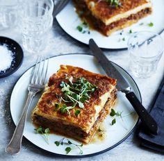 Moussaka er et garanteret hit, hvis familien er vild med lasagne. Her laves både kødsauce og bechamelsauce fra bunden og lægges sammen med auberginer og kartofler i tynde skiver.