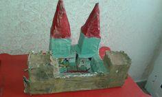 Castello fatto con le buste del latte (tetrapak). Ho usato 4 buste di latte e un piccolo scatolo di cartone. La bimba poi si è divertita a colorare con colori atossici. Manca ancora il portone di ingresso ;)