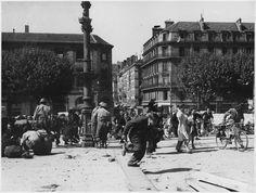 °Lyon - Lyon le 7 septembre 1944. Des soldats américains et des civils se protègent de snippers allemands au niveau du pont Wilson. Cliché tiré des archives américaines.