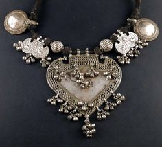 India | Old necklace from Rajasthan; with a central arrowhead form pendant , two tiger-claw silver amulets and two round pendants. The silver is high grade silver. | 1,150€