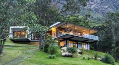 House design - Modern Brazilian Retreat Embracing Transparency and Open Spaces Houses On Slopes, Hillside House, Forest House, Dream House Exterior, House On A Hill, House Roof, Modern House Design, Future House, Architecture Design