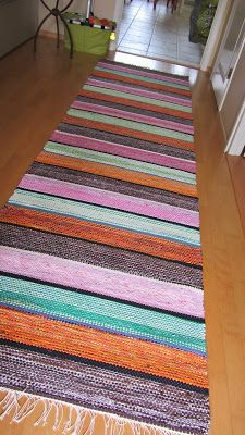 Weaving Textiles, Weaving Projects, Recycled Fabric, Loom Weaving, Weaving Techniques, Bath Rugs, Textile Patterns, Woven Rug, Rug Making