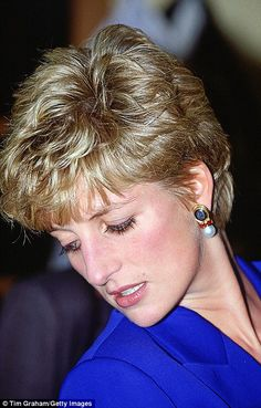 Princess Diana is pictured in Hong Kong in wearing a pearl and diamond tiara that was a wedding gift from the Queen  Catherin. Princess Diana Hair, Princess Diana Fashion, Princess Diana Pictures, Princess Diana Family, Royal Princess, Princess Of Wales, Lady Diana Spencer, Short Hair Cuts, Short Hair Styles