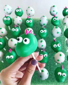Dinosaur cake pops Dinosaur Cupcake Cake, Dinosaur Birthday Cakes, Dino Cake, Dinasour Party, 4th Birthday Parties, 3rd Birthday, Birthday Ideas, Party Cakes, Birthdays