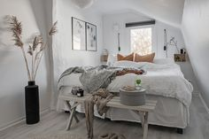 Are you looking for inspiration to decorate a small room? Here are some decorating ideas to make a small bedroom look bigger than it really is. Small Room Decor, Small Room Bedroom, Home Bedroom, Deco Cool, Bedroom Arrangement, Bedroom Decor For Teen Girls, Rustic Room, Scandinavian Interior Design, Decorate Your Room