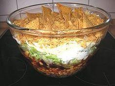 Das perfekte Mexikanischer Schichtsalat-Rezept mit Bild und einfacher Schritt-für-Schritt-Anleitung: Die Zwiebeln und den Knoblauch fein würfeln bzw…