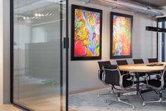 De Club Office; een combinatie van prettige werkplekken met professionele en hoogwaardige ontmoetingsruimten met een kantoor waarin de bar de centrale ontmoetingsplek is geworden. #kantoor #bar #interieur #design #ontwerp #office #DZAP #vergaderkamer #meetingroom