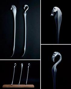かゆいところに手が届く佇まい ジュエリーの精緻な原型技術と、それを造形表現する鋳物技術、 それぞれの職人が融合した彫刻のような美しいフォルムのまごの手「MAGONOTTE」。 新しい掻き心地を表現するために生まれた美術調度品として。 The form that can reach itchy spots MAGONOTTE (backscratcher) has a beautiful form like a sculpture, based on the fusion of sophisticated artisan skills for molding and casting of jewelry. This work of art was born to make you feel a new sensation of scratching.