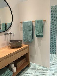 Bad, snedkerbord og håndklædeholder af egetræ laver af Jørgen Sørensen i Viborg. Fliser fra made a Mano håndvask af Natursten