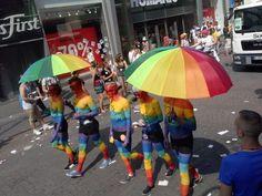 """""""mutig"""" - """"sexy"""" - """"verliebt"""" - """"anders"""" - """"schön"""" In allen Regenbogenfarben feierten etwa 800.000 Besucher gestern den Umzug des Cologne Pride in Köln bei strahlendem Sonnenschein. Das diesjährige Motto """"Vielfalt: lehren, lernen, leben"""" sensibilisierte die Öffentlichkeit für das Thema Homo- und Transphobie in Schule und Ausbildung und regte zu Diskussionen und mehr Akzeptanz an."""