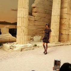 그리스 아테네의 신화 속 여신들을 주인공으로 한 샤넬 크루즈 쇼! 흘러내리는 듯한 실루엣 튜닉 화려한 장신구 글래디에이터 슈즈 등등. 그랑 팔레 안을 환상의 신화 속으로 만들었습니다. #chanelcruise  via VOGUE KOREA MAGAZINE OFFICIAL INSTAGRAM - Fashion Campaigns  Haute Couture  Advertising  Editorial Photography  Magazine Cover Designs  Supermodels  Runway Models