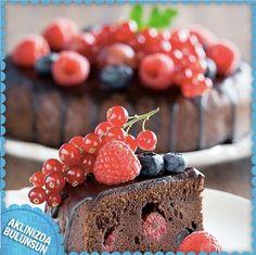 Eşinizin doğum günü yaklaşıyor ve siz de evde pasta yapmaya karar verdiniz. Meyveli pasta yapacaksanız, meyvelerin dayanıklı olması için toz şekere bulamayı unutmayın!