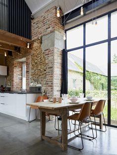 La table du gîte avecvue sur le jardin.  La Grange d'Isidore - Gîte et chambre d'hôte luxe et charme dans les Côtes d'Armor en Bretagne.  Isidore converted Barn - Luxury self-catering cottage in Brittany.