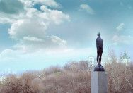 """Для парка """"Пейзажная аллея"""" в Киеве Назар Билык создал оригинальную скульптуру """"Дождь"""" из бронзы и стекла. По словам автора, человек, который находится в поиске, должен начинать процесс познания с того, чтобы устремить взор вверх. Как только он отрывает взгляд от земли, тотчас же перед ним открываются новые горизонты."""